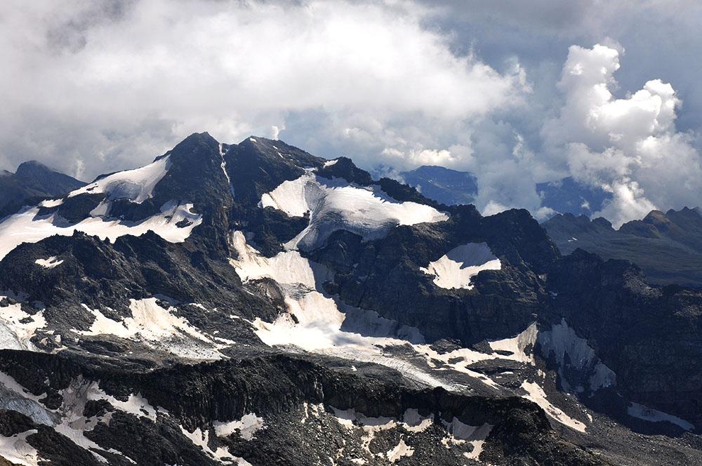 Das Ofenhorn (3'235 M.ü.M.), im Vordergrund der Mittlebärg