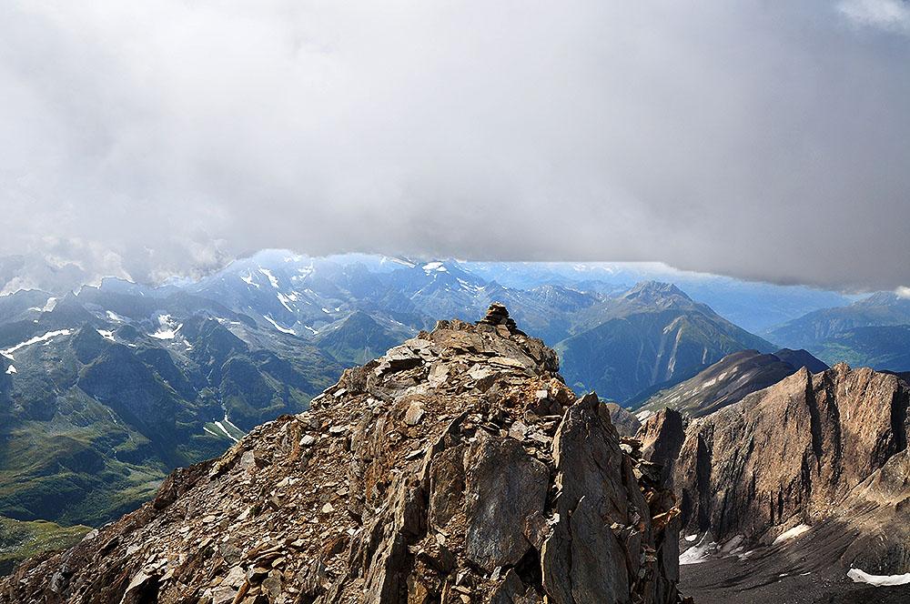 Turbhorn Gipfel mit Aussicht gegen Westen: Turbechepf (vorne), Breithorn, Bättlihorn, Saflischpass, Monte Leone (mit Gletscher), Helsehorn, Scherbadung, Schinhörner